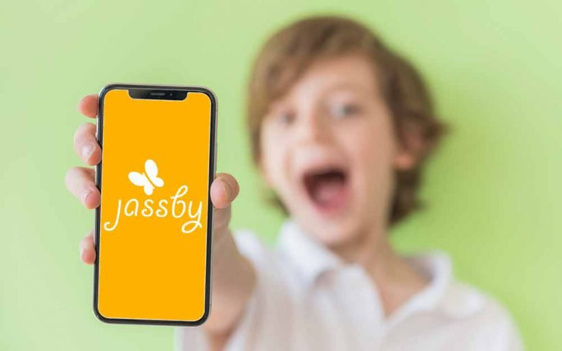 Dziecko używa aplikacji Jassby