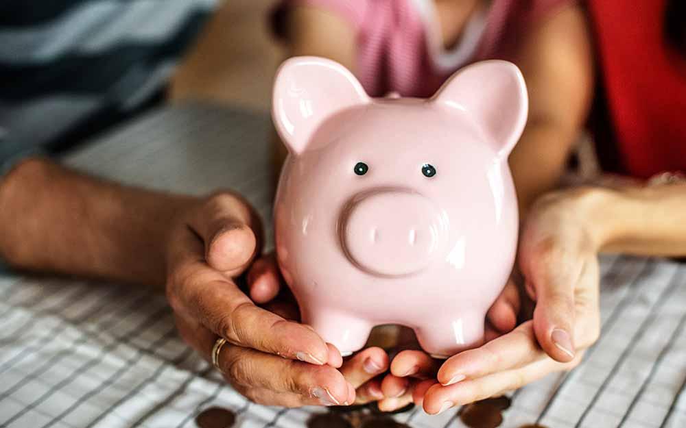 Dziecko otwiera konto bankowe dla dzieci
